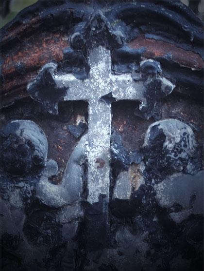 Två änglar som håller i ett kors