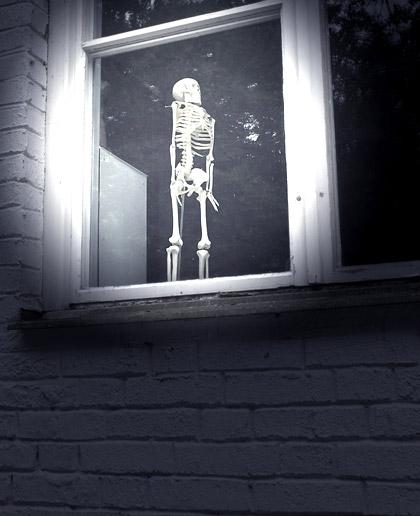 Ett skelett i ett fönster